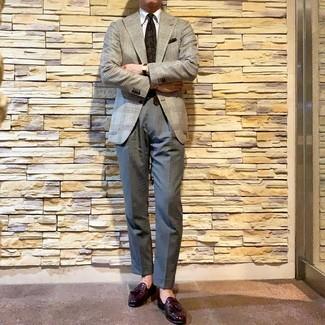 """Как и с чем носить: серый пиджак с узором """"гусиные лапки"""", белая классическая рубашка, серые классические брюки, темно-пурпурные кожаные лоферы с кисточками"""