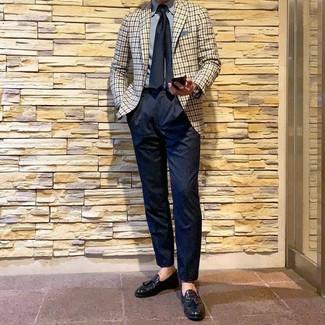 Как и с чем носить: бежевый пиджак в мелкую клетку, голубая классическая рубашка, темно-синие классические брюки, черные кожаные лоферы с кисточками