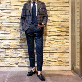 Как и с чем носить: темно-коричневый шерстяной пиджак в шотландскую клетку, белая классическая рубашка, темно-синие классические брюки, черные кожаные лоферы с кисточками