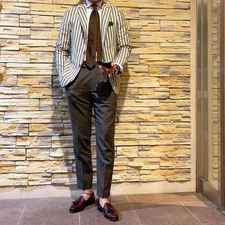 Как и с чем носить: бежевый пиджак в вертикальную полоску, белая классическая рубашка, темно-серые классические брюки, темно-красные кожаные лоферы с кисточками