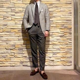 Модный лук: белый пиджак в мелкую клетку, белая классическая рубашка, темно-коричневые классические брюки, темно-коричневые замшевые лоферы с кисточками
