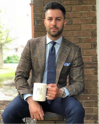 Как и с чем носить: коричневый пиджак в шотландскую клетку, голубая классическая рубашка, темно-синие классические брюки, темно-сине-белый галстук в горошек