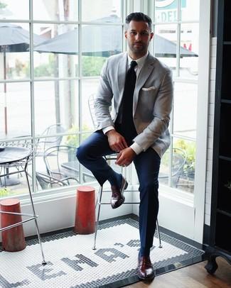 Как и с чем носить: серый пиджак, белая классическая рубашка, темно-синие классические брюки, темно-красные кожаные лоферы