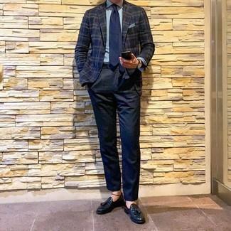 Как и с чем носить: темно-синий пиджак в шотландскую клетку, голубая классическая рубашка, темно-синие классические брюки, черные кожаные лоферы с кисточками