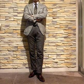 Как и с чем носить: серый пиджак в шотландскую клетку, белая классическая рубашка, темно-коричневые шерстяные классические брюки, темно-красные кожаные лоферы с кисточками