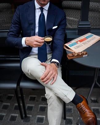 Как и с чем носить: темно-синий пиджак, белая классическая рубашка, бежевые классические брюки, коричневые кожаные оксфорды