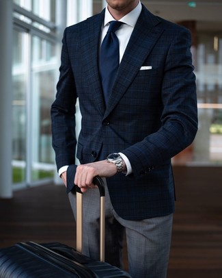 Как и с чем носить: темно-синий пиджак в шотландскую клетку, белая классическая рубашка, серые классические брюки в шотландскую клетку, черный чемодан