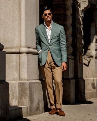 Как и с чем носить: темно-бирюзовый пиджак, белая классическая рубашка, светло-коричневые классические брюки, табачные замшевые лоферы