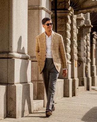 Серые классические брюки: с чем носить и как сочетать мужчине: Несмотря на то, что этот ансамбль выглядит довольно сдержанно, тандем светло-коричневого пиджака в шотландскую клетку и серых классических брюк всегда будет выбором современных джентльменов, непременно пленяя при этом сердца прекрасных дам. Что же до обуви, темно-коричневые замшевые лоферы с кисточками — самый выигрышный вариант.