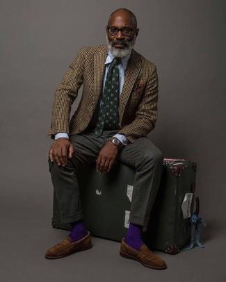 Как и с чем носить: коричневый шерстяной пиджак в мелкую клетку, голубая классическая рубашка в вертикальную полоску, темно-серые шерстяные классические брюки, коричневые замшевые лоферы