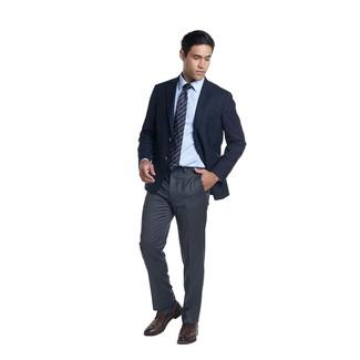 Темно-синий галстук в горизонтальную полоску: с чем носить и как сочетать мужчине: Несмотря на то, что этот лук выглядит довольно консервативно, лук из темно-синего пиджака и темно-синего галстука в горизонтальную полоску является неизменным выбором современных джентльменов, неизменно покоряя при этом сердца прекрасных дам. Пара темно-коричневых кожаных туфель дерби идеально подходит к остальным вещам из образа.