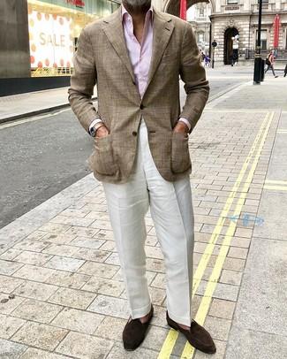 Розовая классическая рубашка в вертикальную полоску: с чем носить и как сочетать мужчине: Несмотря на то, что этот ансамбль довольно классический, ансамбль из розовой классической рубашки в вертикальную полоску и белых льняных классических брюк является постоянным выбором современных джентльменов, покоряя при этом сердца прекрасных дам. Очень удачно здесь смотрятся темно-коричневые замшевые лоферы.