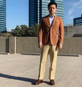 Как и с чем носить: табачный пиджак, голубая классическая рубашка, светло-коричневые классические брюки, коричневые кожаные броги