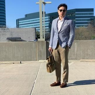 Как и с чем носить: голубой пиджак, белая классическая рубашка, светло-коричневые классические брюки, коричневые замшевые лоферы с кисточками