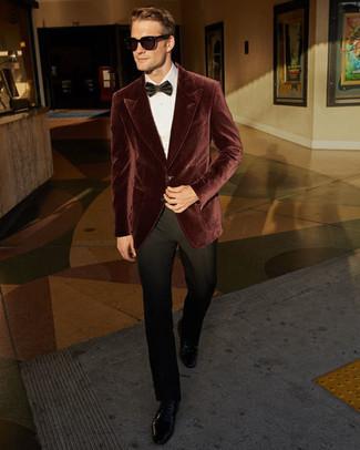 Темно-красный бархатный пиджак: с чем носить и как сочетать мужчине: Темно-красный бархатный пиджак в сочетании с черными классическими брюками позволит создать модный и привлекательный ансамбль. В сочетании с этим луком наиболее удачно смотрятся черные кожаные туфли дерби.