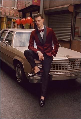 Темно-красный бархатный пиджак: с чем носить и как сочетать мужчине: Несмотря на то, что это весьма консервативный образ, тандем темно-красного бархатного пиджака и черных классических брюк является постоянным выбором стильных мужчин, неизбежно пленяя при этом дамские сердца. Вместе с этим луком стильно будут выглядеть черные кожаные лоферы с кисточками.