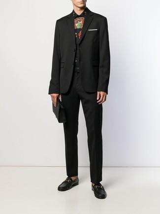 Черные классические брюки: с чем носить и как сочетать мужчине: Несмотря на то, что это весьма сдержанный ансамбль, тандем черного пиджака и черных классических брюк неизменно нравится джентльменам, неизменно пленяя при этом дамские сердца. Вкупе с этим образом выгодно будут выглядеть черные кожаные лоферы.