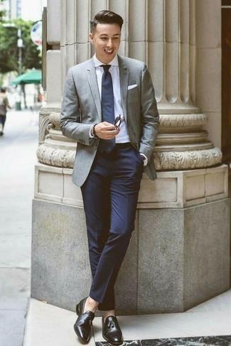 Модные мужские луки 2020 фото в теплую погоду: Серый пиджак в паре с темно-синими классическими брюками позволит составить модный и мужественный образ. Черные кожаные лоферы с кисточками станут отличным завершением твоего образа.