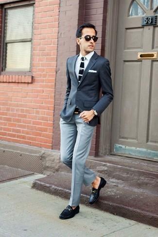 Коричневые кожаные часы: с чем носить и как сочетать мужчине: Сочетание темно-серого пиджака и коричневых кожаных часов пользуется особым спросом среди ценителей функциональных образов. Такой образ получит новое прочтение в сочетании с черными кожаными плетеными лоферами.