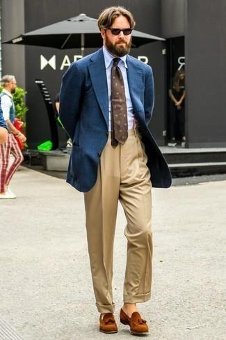 Темно-синий шерстяной пиджак: с чем носить и как сочетать мужчине: Комбо из темно-синего шерстяного пиджака и светло-коричневых классических брюк — воплощение строгого делового стиля. Табачные замшевые лоферы с кисточками — беспроигрышный выбор, чтобы дополнить ансамбль.