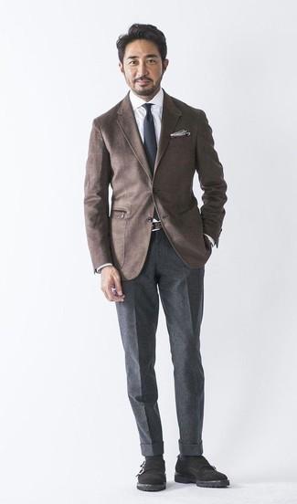 Темно-коричневый шерстяной пиджак: с чем носить и как сочетать мужчине: Несмотря на то, что это весьма консервативный лук, тандем темно-коричневого шерстяного пиджака и темно-серых шерстяных классических брюк всегда будет по вкусу джентльменам, но также покоряет при этом сердца прекрасных дам. Вкупе с этим ансамблем великолепно выглядят черные замшевые монки с двумя ремешками.