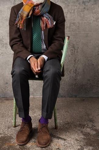 Темно-коричневый шерстяной пиджак: с чем носить и как сочетать мужчине: Темно-коричневый шерстяной пиджак и темно-серые классические брюки — хороший ансамбль для мероприятия в фешенебельном заведении. Такой лук несложно приспособить к повседневным реалиям, если закончить его коричневыми замшевыми ботинками дезертами.