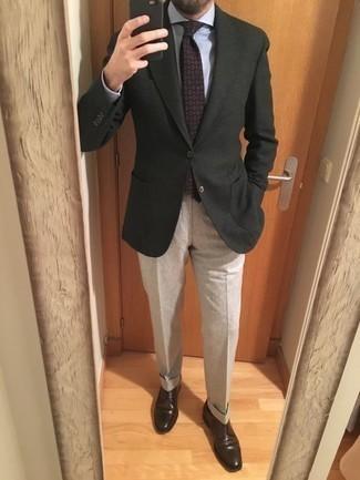 Фиолетовый галстук с принтом: с чем носить и как сочетать мужчине: Комбо из темно-зеленого пиджака и фиолетового галстука с принтом поможет исполнить строгий деловой стиль. В тандеме с этим ансамблем наиболее удачно смотрятся темно-коричневые кожаные туфли дерби.