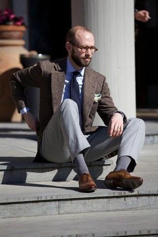 Темно-коричневый шерстяной пиджак: с чем носить и как сочетать мужчине: Несмотря на то, что это весьма консервативный ансамбль, сочетание темно-коричневого шерстяного пиджака и серых классических брюк всегда будет нравиться джентльменам, но также покоряет при этом дамские сердца. В тандеме с этим ансамблем удачно будут смотреться коричневые кожаные оксфорды.