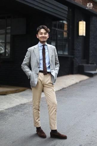 Темно-коричневые носки: с чем носить и как сочетать мужчине: Серый пиджак и темно-коричневые носки помогут создать легкий и комфортный лук для выходного дня в парке или вечера в шумном заведении с друзьями. Любители экспериментов могут закончить лук темно-коричневыми замшевыми лоферами, тем самым добавив в него чуточку строгости.