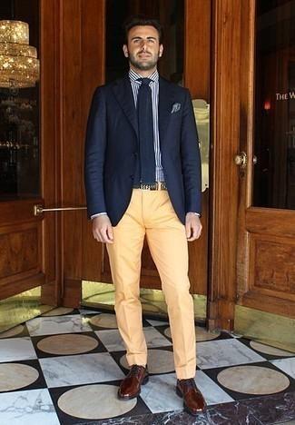 Бело-темно-синяя классическая рубашка в вертикальную полоску: с чем носить и как сочетать мужчине: Несмотря на то, что этот ансамбль достаточно классический, сочетание бело-темно-синей классической рубашки в вертикальную полоску и желтых классических брюк всегда будет по душе джентльменам, покоряя при этом сердца представительниц прекрасного пола. Коричневые кожаные туфли дерби гармонично впишутся в ансамбль.