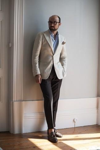 Темно-коричневый нагрудный платок с принтом: с чем носить и как сочетать: Если ты предпочитаешь не воспринимать моду слишком серьезно, обрати внимание на этот ансамбль из бежевого пиджака и темно-коричневого нагрудного платка с принтом. Думаешь сделать ансамбль немного элегантнее? Тогда в качестве дополнения к этому ансамблю, обрати внимание на темно-коричневые кожаные плетеные лоферы с кисточками.