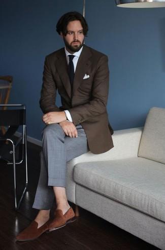 Темно-коричневый пиджак: с чем носить и как сочетать мужчине: Темно-коричневый пиджак и серые классические брюки — отличный лук для мероприятия в фешенебельном заведении. Что до обуви, можно завершить лук коричневыми бархатными лоферами.