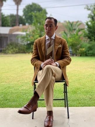 Коричневый галстук в горизонтальную полоску: с чем носить и как сочетать мужчине: Несмотря на то, что это довольно выдержанный лук, лук из светло-коричневого пиджака и коричневого галстука в горизонтальную полоску является неизменным выбором стильных мужчин, покоряя при этом дамские сердца. В качестве дополнения к образу сюда напрашиваются коричневые кожаные лоферы.