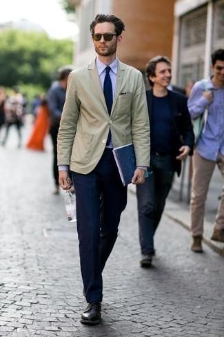 Оливковые солнцезащитные очки: с чем носить и как сочетать мужчине: Сочетание бежевого пиджака и оливковых солнцезащитных очков пользуется особой популярностью среди ценителей удобной одежды. Думаешь сделать лук немного элегантнее? Тогда в качестве дополнения к этому луку, обрати внимание на черные кожаные туфли дерби.