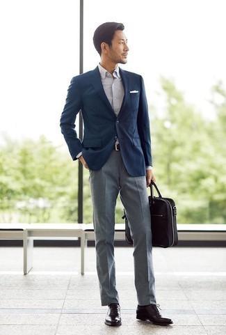 Темно-коричневые кожаные оксфорды: с чем носить и как сочетать: Темно-синий пиджак и серые классические брюки позволят создать выразительный мужской лук. Идеально здесь выглядят темно-коричневые кожаные оксфорды.