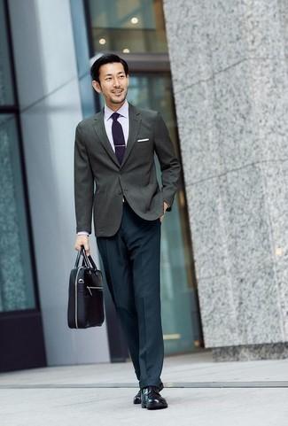 Белая классическая рубашка: с чем носить и как сочетать мужчине: Белая классическая рубашка в паре с темно-бирюзовыми классическими брюками позволит создать незабываемый мужской лук. Этот образ выгодно дополнят черные кожаные туфли дерби.
