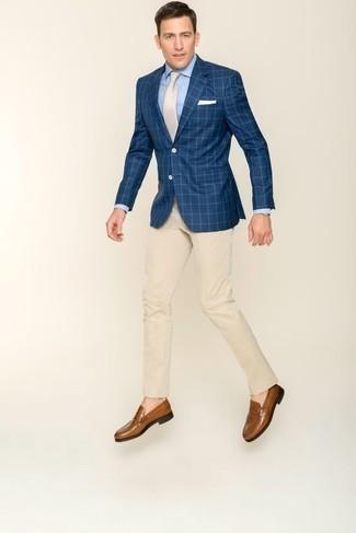 Голубая классическая рубашка: с чем носить и как сочетать мужчине: Голубая классическая рубашка и бежевые классические брюки — это один из тех мужских луков, от которого у женского пола просто захватывает дух. Ты сможешь легко адаптировать такой образ к повседневным нуждам, дополнив его коричневыми кожаными лоферами.