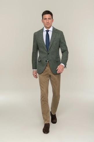Темно-коричневые замшевые оксфорды: с чем носить и как сочетать: Несмотря на то, что это достаточно консервативный лук, тандем темно-зеленого шерстяного пиджака и светло-коричневых классических брюк неизменно нравится стильным молодым людям, пленяя при этом сердца прекрасных дам. Темно-коричневые замшевые оксфорды станут замечательным завершением твоего образа.