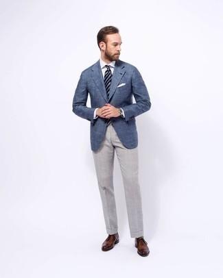 Модные мужские луки 2020 фото: Несмотря на то, что этот образ весьма классический, образ из синего пиджака и серых классических брюк всегда будет нравиться джентльменам, но также покоряет при этом сердца представительниц прекрасного пола. Если говорить об обуви, коричневые кожаные оксфорды станут замечательным выбором.