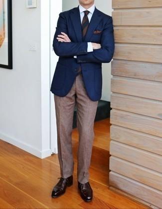 Коричневый галстук в горизонтальную полоску: с чем носить и как сочетать мужчине: Несмотря на то, что это довольно консервативный образ, ансамбль из темно-синего пиджака и коричневого галстука в горизонтальную полоску всегда будет выбором стильных молодых людей, неминуемо пленяя при этом дамские сердца. Чтобы лук не получился слишком вычурным, можешь надеть темно-коричневые кожаные ботинки дезерты.