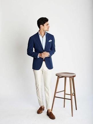 Модные мужские луки 2020 фото: Темно-синий пиджак в паре с белыми классическими брюками поможет создать стильный и привлекательный образ. Весьма удачно здесь будут выглядеть коричневые замшевые лоферы.
