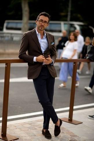 Темно-коричневый пиджак: с чем носить и как сочетать мужчине: Темно-коричневый пиджак и темно-синие классические брюки — обязательные вещи в деловом мужском гардеробе. Говоря об обуви, можно завершить ансамбль темно-коричневыми замшевыми лоферами.