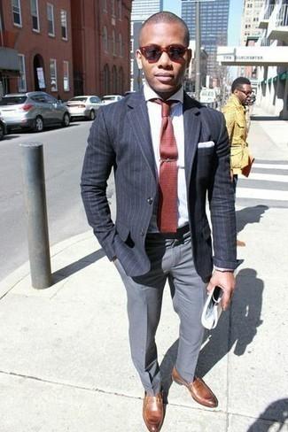 Рубашка: с чем носить и как сочетать мужчине: Рубашка в паре с серыми классическими брюками поможет составить стильный и в то же время элегантный ансамбль. Опасаешься выглядеть несерьезно? Заверши этот ансамбль коричневыми кожаными лоферами.