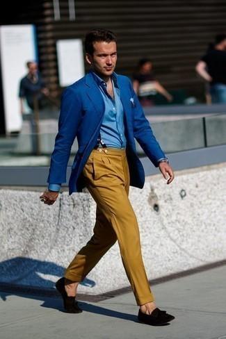 Черные замшевые лоферы с кисточками: с чем носить и как сочетать: Синий пиджак в сочетании с горчичными классическими брюками позволит создать стильный классический образ. Вместе с этим луком органично будут смотреться черные замшевые лоферы с кисточками.