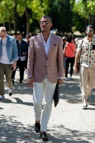 Темно-коричневые кожаные лоферы: с чем носить и как сочетать мужчине: Комбо из розового пиджака и белых классических брюк поможет создать стильный и в то же время элегантный образ. В сочетании с этим луком выигрышно будут выглядеть темно-коричневые кожаные лоферы.
