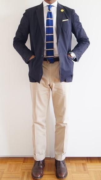 Бежевые классические брюки: с чем носить и как сочетать мужчине: Темно-синий пиджак и бежевые классические брюки помогут составить запоминающийся мужской образ. В паре с этим ансамблем наиболее уместно будут выглядеть коричневые кожаные оксфорды.