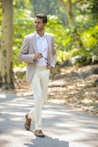 Бежевые классические брюки: с чем носить и как сочетать мужчине: Несмотря на то, что это классический образ, лук из бежевого пиджака и бежевых классических брюк приходится по вкусу стильным молодым людям, а также пленяет сердца представительниц прекрасного пола. В тандеме с этим образом наиболее уместно смотрятся светло-коричневые кожаные лоферы с кисточками.