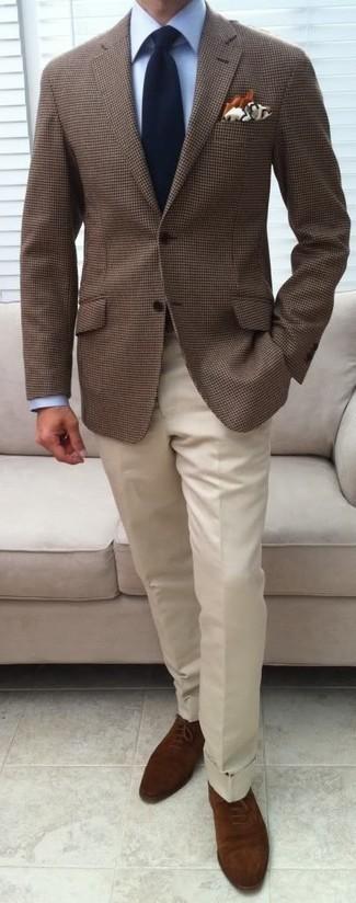 Белые классические брюки: с чем носить и как сочетать мужчине: Несмотря на то, что этот ансамбль кажется весьма консервативным, сочетание коричневого пиджака в клетку и белых классических брюк приходится по душе джентльменам, пленяя при этом сердца противоположного пола. Не прочь сделать образ немного элегантнее? Тогда в качестве дополнения к этому образу, обрати внимание на коричневые замшевые оксфорды.