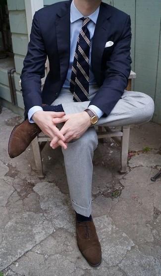 Темно-сине-белые носки в горошек: с чем носить и как сочетать мужчине: Темно-синий пиджак и темно-сине-белые носки в горошек — превосходный вариант для джентльменов, которые никогда не сидят на месте. Любишь экспериментировать? Заверши образ темно-коричневыми замшевыми оксфордами.
