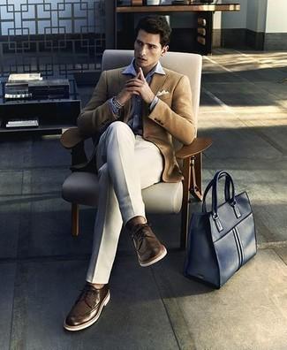 Белые классические брюки: с чем носить и как сочетать мужчине: Светло-коричневый пиджак в сочетании с белыми классическими брюками позволит составить стильный и мужественный ансамбль. Создать модный контраст с остальными предметами из этого лука помогут темно-коричневые кожаные броги.